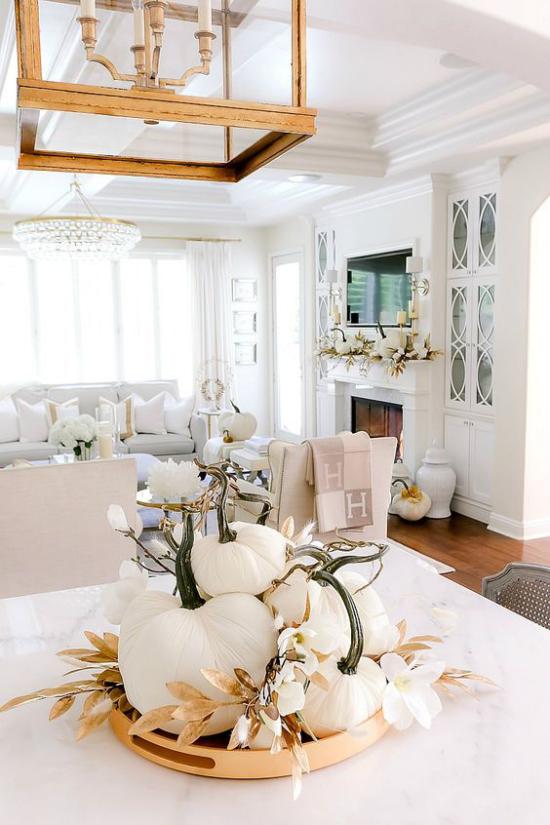 Weiße Kürbisse herbstliche Tischdeko Esstisch weißes Ambiente warmes Holz