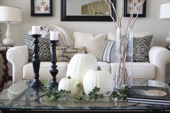 Weiße Kürbisse herbstliche Tischdeko Kaffeetisch Kerzen elegante Kerzenhalter drei weiße Kürbisse in der Mitte