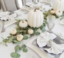 Weiße Kürbisse stehen im Zentrum jeder herbstlichen Tischdeko
