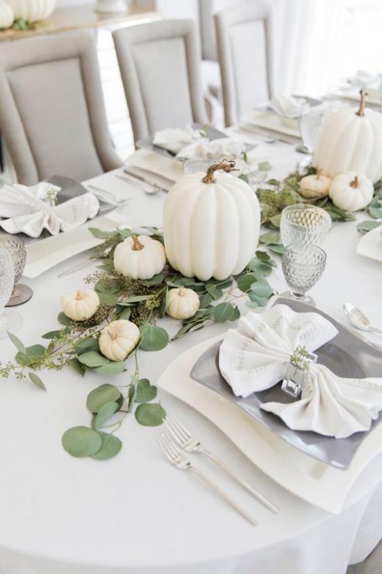 Weiße Kürbisse herbstliche Tischdeko festlich gedeckter Tisch Kürbisse im Zentrum Stil und viel Liebe zur Natur ausdrücken