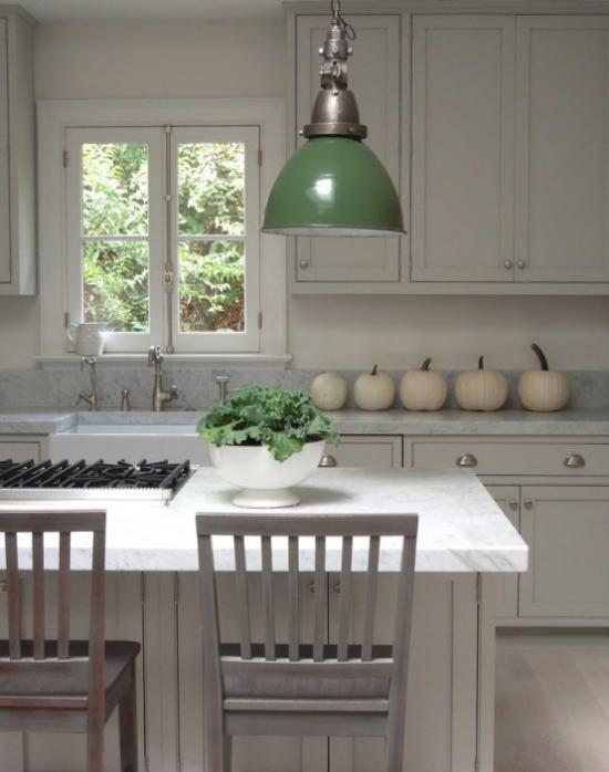 Weiße Kürbisse herbstliche Tischdeko frische Note in die Retro Küche bringen