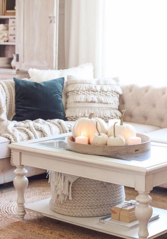 Weiße Kürbisse herbstliche Tischdeko helles gemütliches Wohnzimmer Kaffeetisch Kürbisse weiße Kerzen