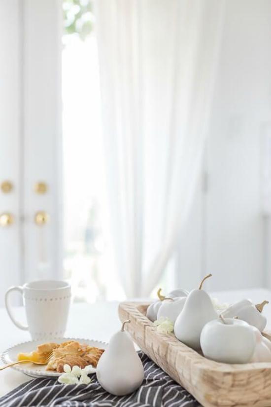 Weiße Kürbisse herbstliche Tischdeko weißes Porzellan weiße Birnen Äpfel als Deko Artikel