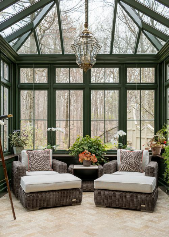 Wintergarten zum Kuscheln Gartenmöbel lagern zwei Flechtsessel weiche Kissen gemütliche Einrichtung im Einklang mit der Natur