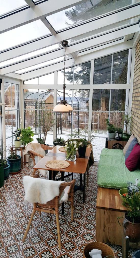 χειμερινός κήπος για αγκαλιά παλιό έπιπλο μωσαϊκό πάτωμα επιτραπέζιο καναπέ σε γλάστρες