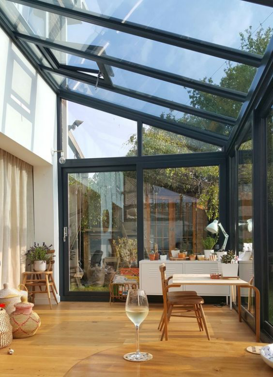 Χειμερινός κήπος για να αγκαλιάσετε ένα κομψό μικρό γραφείο στο σπίτι ηλιόλουστο και φωτεινό