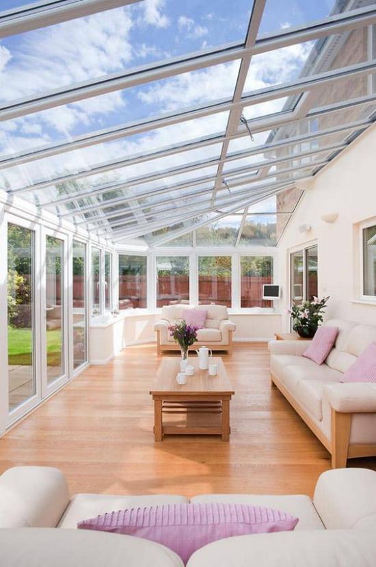 Χειμερινός κήπος για αγκαλιάζοντας μεγάλο, φωτεινό ηλιόλουστο δωμάτιο για διαβίωση με γυάλινους τοίχους, γυάλινη οροφή