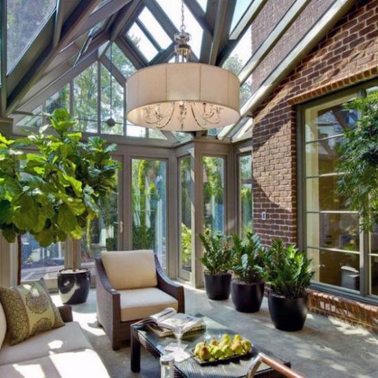 Ωδείο για να αγκαλιάσετε την υπέροχη ατμόσφαιρα που σας προσκαλεί πολύ φως, ήλιο, άνετα έπιπλα, πολλά πράσινα φυτά σε γλάστρες Κρεμαστή λάμπα