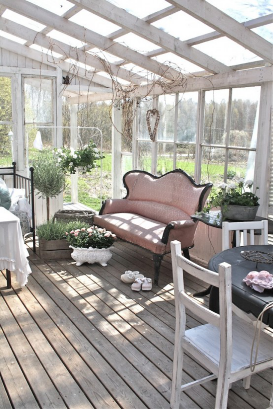 Χειμερινός κήπος για αγκαλιάζω ροζ καναπέ τραπέζι πράσινα γλάστρες με φυτά απλή επίπλωση ευχάριστη ατμόσφαιρα