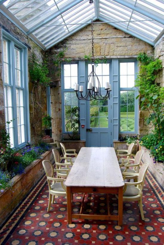 Χειμερινός κήπος για να αγκαλιάσετε ρουστίκ ατμόσφαιρα πολύ καλές καρέκλες τραπεζαρίας με πολλά πράσινα φυτά και στις δύο πλευρές Ψηφιδωτό δαπέδου