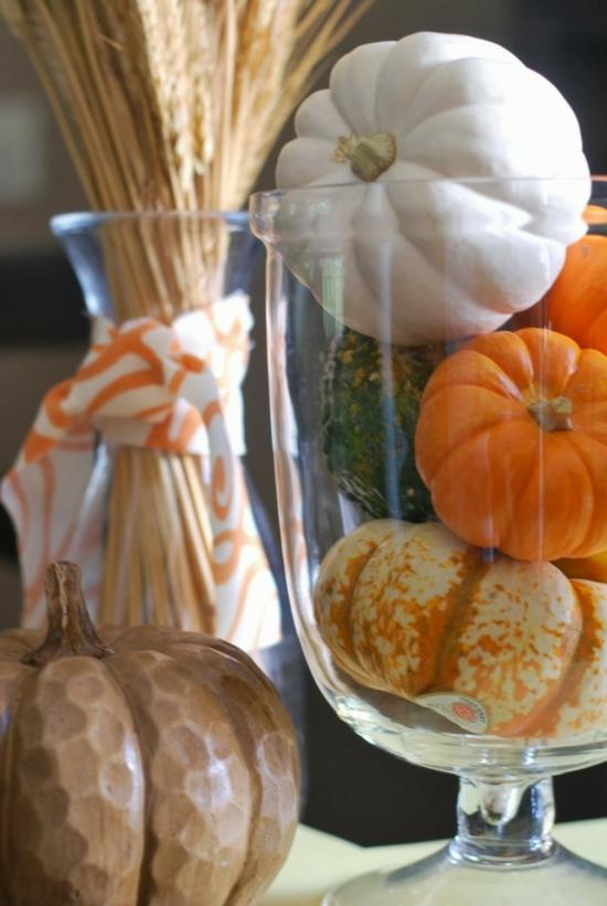 bunte minikürbisse herbstdeko im glas erntedankfest