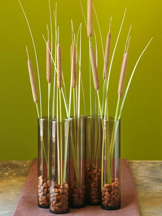 creative herbstdeko im glas nüsse papirus halme