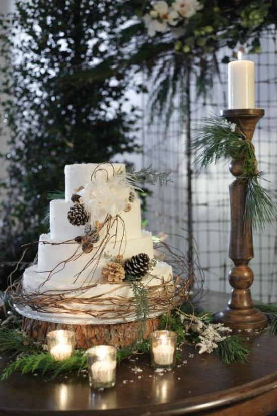 elegante hochzeitstorte winter hochzeitsdeko mit zapfen