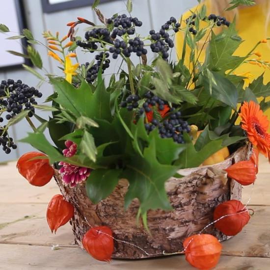 herbstdeko tisch beeren herbstblätter lampionblume girlande