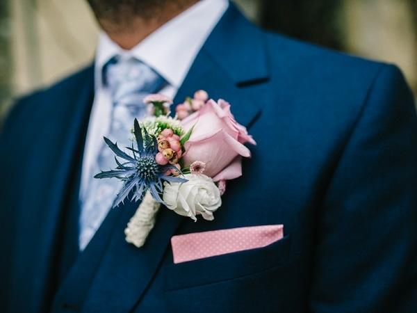 hochzeitsanstecker bräutigam pink rose distel beeren
