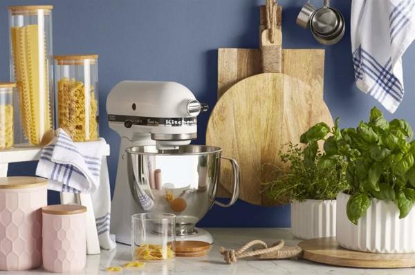 küchenmaschine moderne küchenhelfer beim kochen