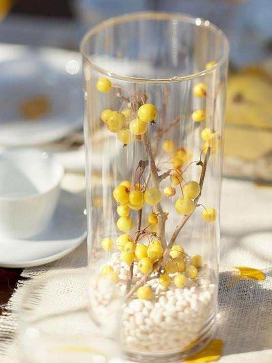 originelle herbstdeko im glas waldfrüchte
