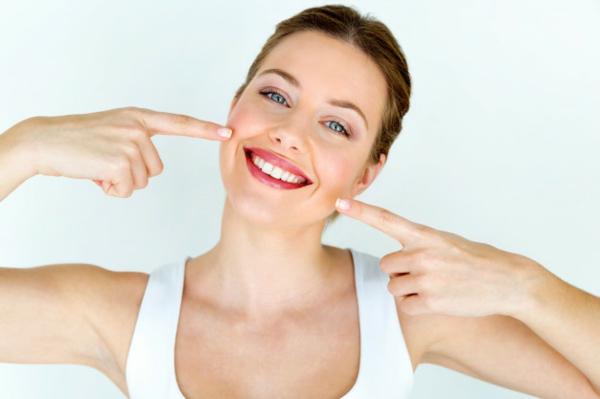 schönes lächeln mit gesunden zähnen