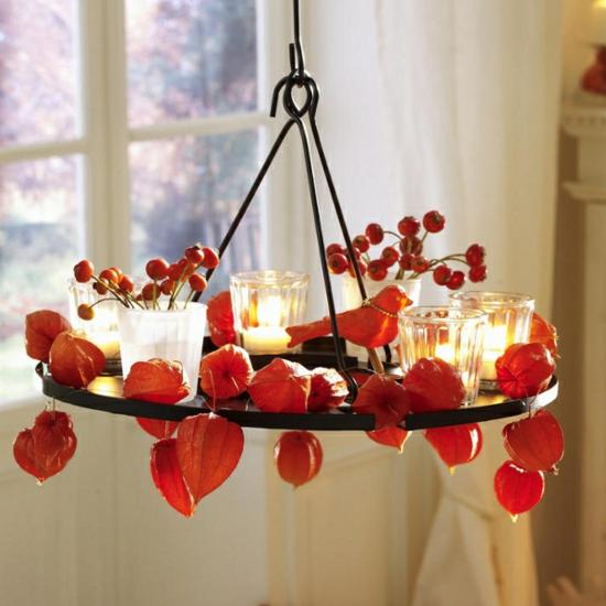 stimmungsvolle herbstdeko lampionblume kronleuchter