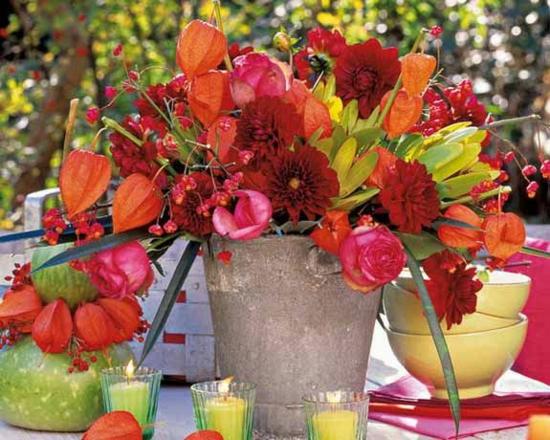 tischdeko herbst mit lampionblume physalis rosen astern