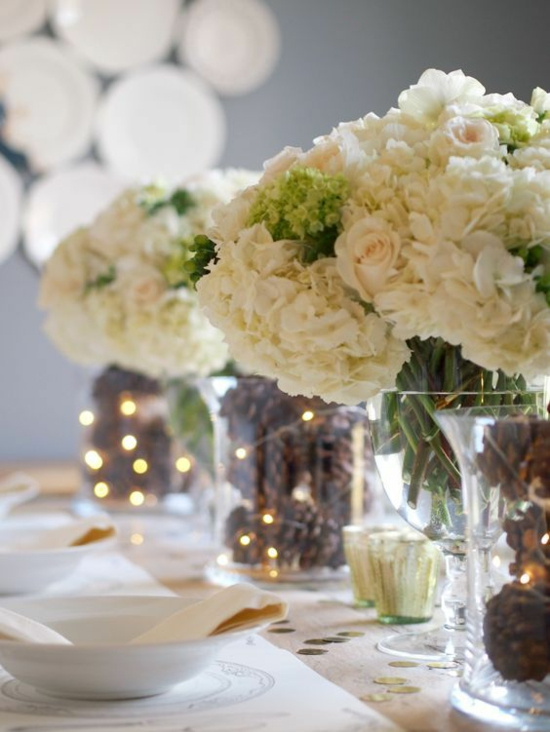 tischdeko hochzeit winter zapfen hortensien rosen
