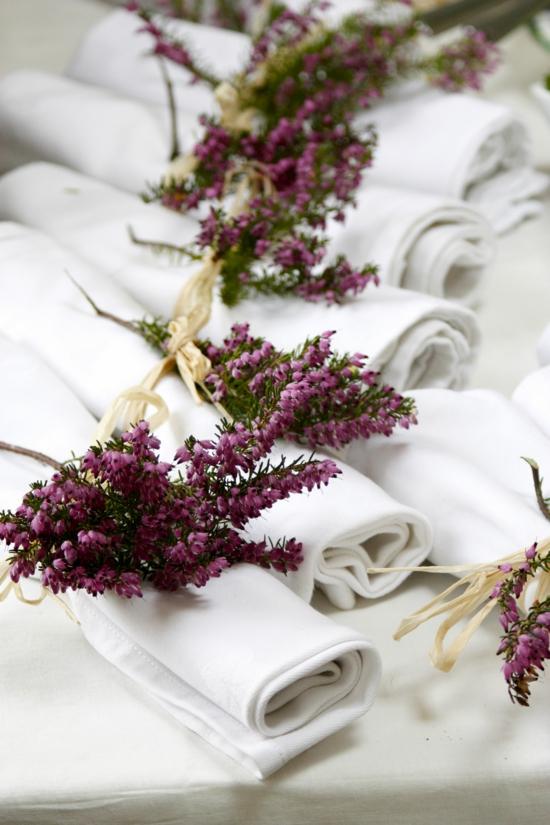 tischdeko servietten deko mit heidekraut