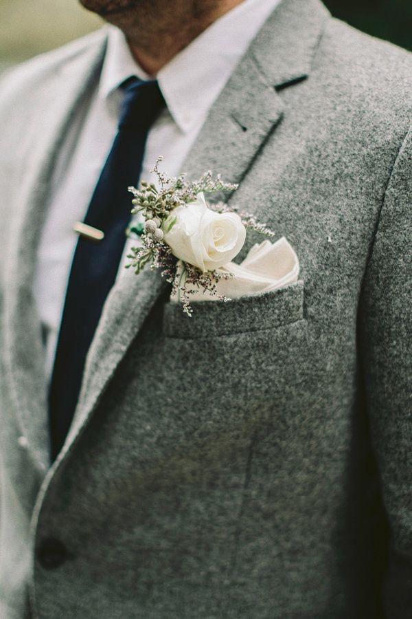 winter hochzeit weiße rose beeren hochzeitsanstecker