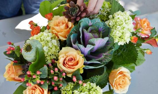 wunderschöne tischdeko mit zierkohl rosen hortensien
