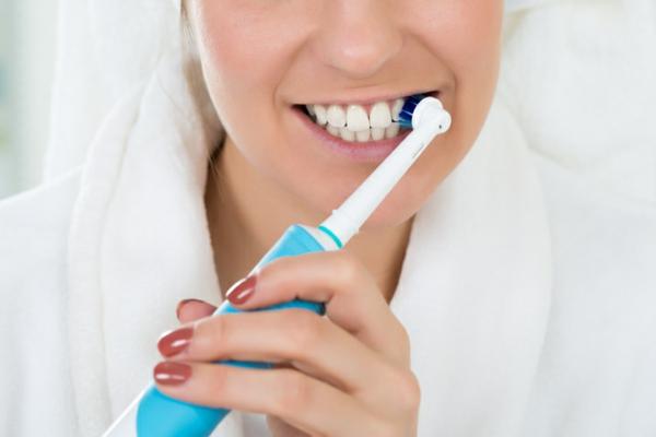 zahnprophylaxe zähne putzen mit elektrozahnbürste