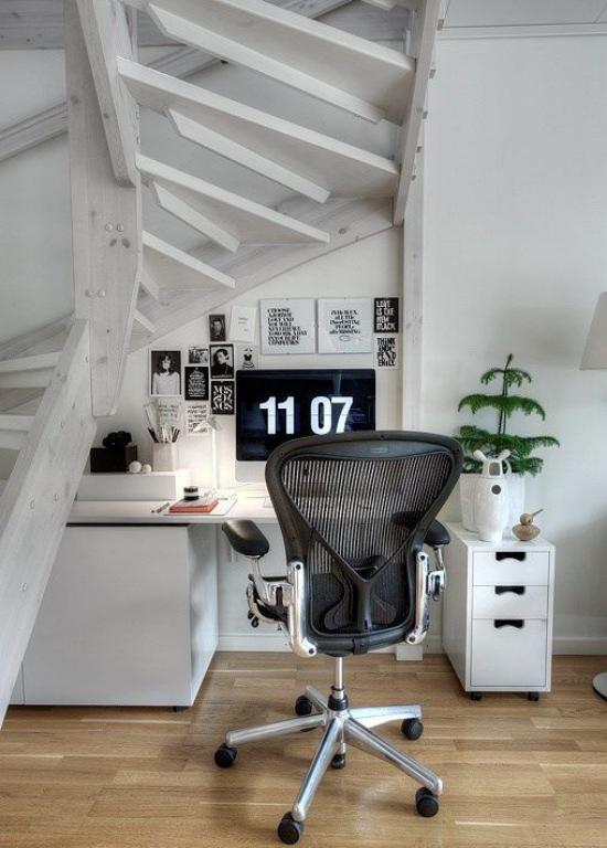 Arbeitsecke unter der Treppe aus Holz in weiß gestrichen rustikale Raumgestaltung modernes Homeoffice viel Technik