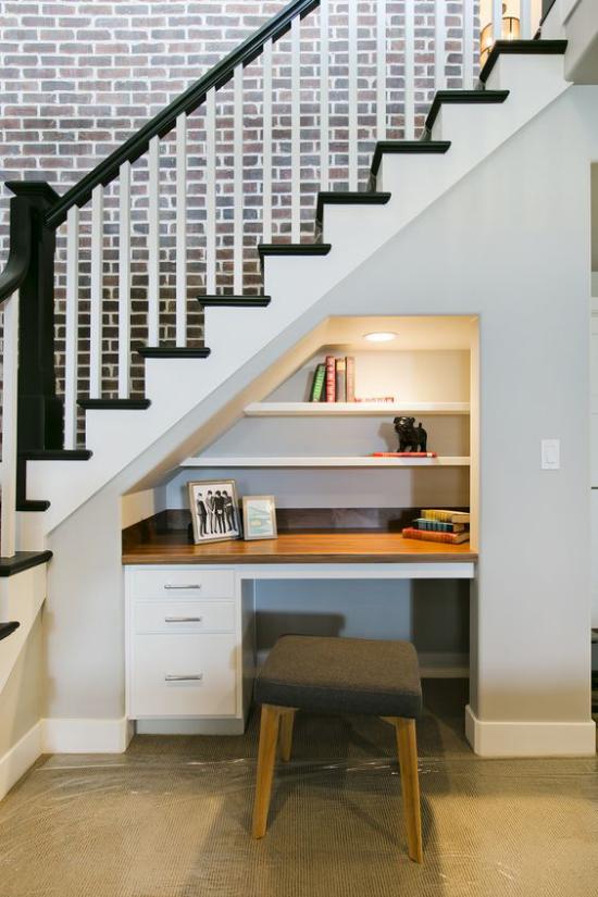 Arbeitsecke unter der Treppe clevere Gestaltungsidee auf wenig Platz integrierte Deckenbeleuchtung