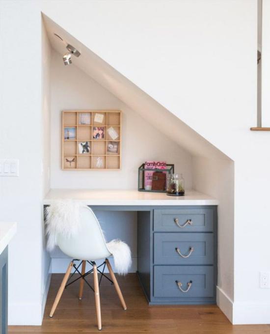 Arbeitsecke unter der Treppe kleine Nische hell ansprechend Schreibtisch Stuhl Bezug aus Kunstfell kleines Wandregal