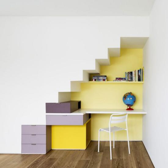 Arbeitsecke unter der Treppe kleines Heimbüro kreative Farbideen heitere Raumatmosphäre