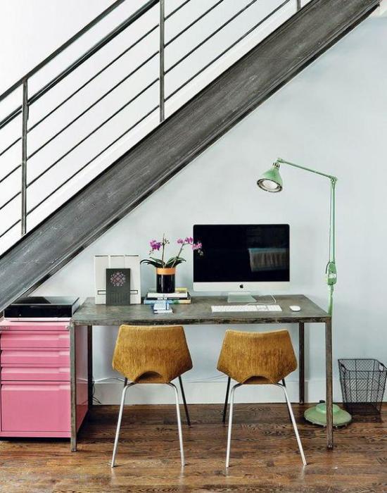 Arbeitsecke unter der Treppe kleines Homeoffice auf wenig Platz PC blühende Topfpflanze Bogenlampe