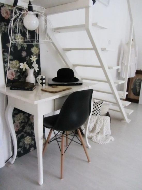Arbeitsecke unter der Treppe kleines Homeoffice auf wenig Platz Schreibtisch Stuhl Wandtapete schwarzer Hintergrund Blumenmuster nostalgisch