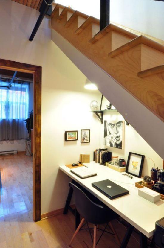 Arbeitsecke unter der Treppe kleines Homeoffice gutes Beleuchtungskonzept eingebaute Lichtquellen einladend wirken