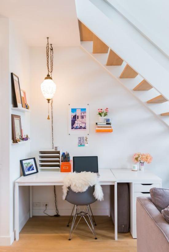 Arbeitsecke unter der Treppe kleines Homeoffice helle Farben gute Beleuchtung Hängelampe auf wenig Platz