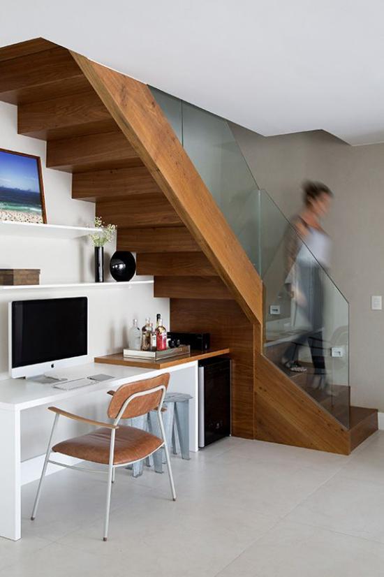 Arbeitsecke unter der Treppe kleines Homeoffice moderne Gestaltung positive Atmosphäre Regal schwarze Vase weiße Blumen