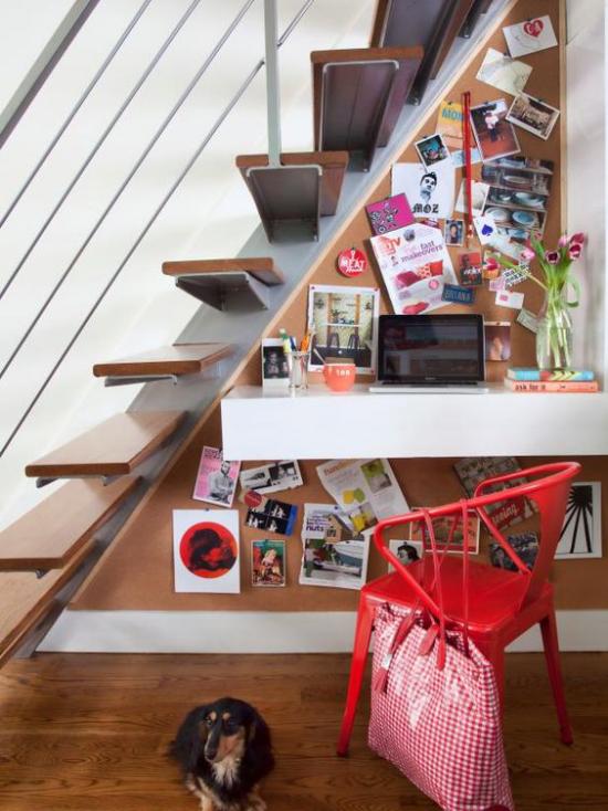 Arbeitsecke unter der Treppe kleines Homeoffice zu viel Wanddeko überladen wirken