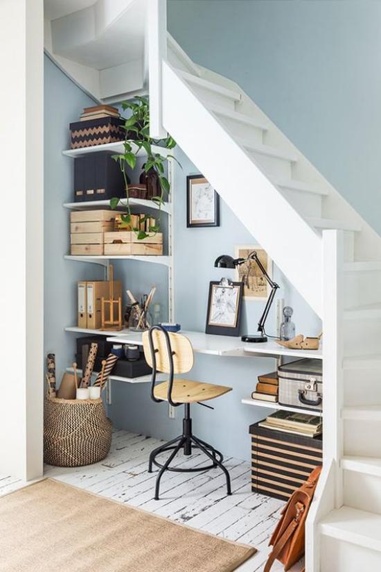 Arbeitsecke unter der Treppe praktische Gestaltung viele Sachen Ordnung Regale