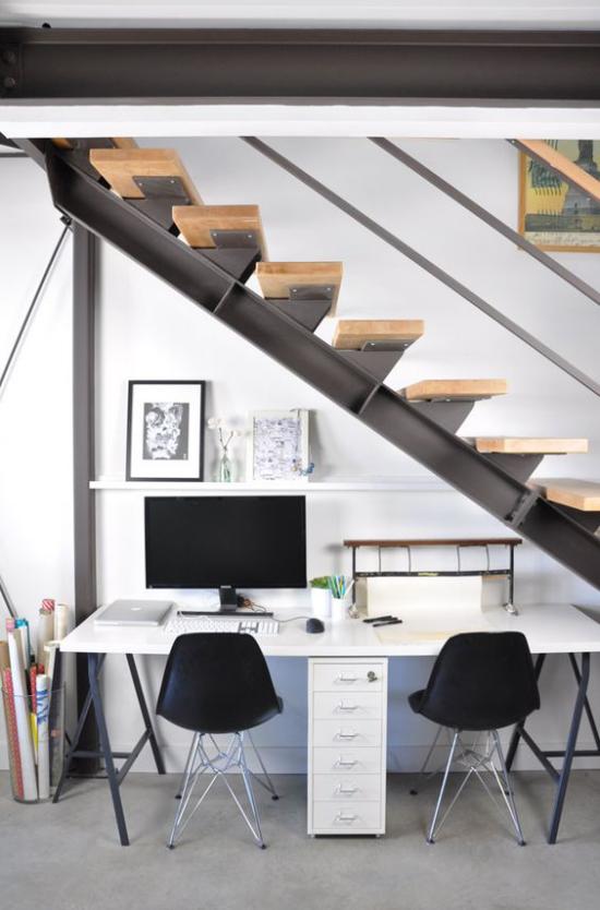 Arbeitsecke unter der Treppe schicke Raumgestaltung modern praktisch ansprechend PC zwei Stühle