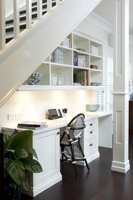 Arbeitsecke unter der Treppe stilvolle gestaltung kleines Homeoffice zum Verlieben eingebautes Licht