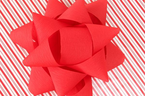 Ausgefallene Adventskalender selber basteln – Ideen und Anleitungen riesige schleife rot deckel