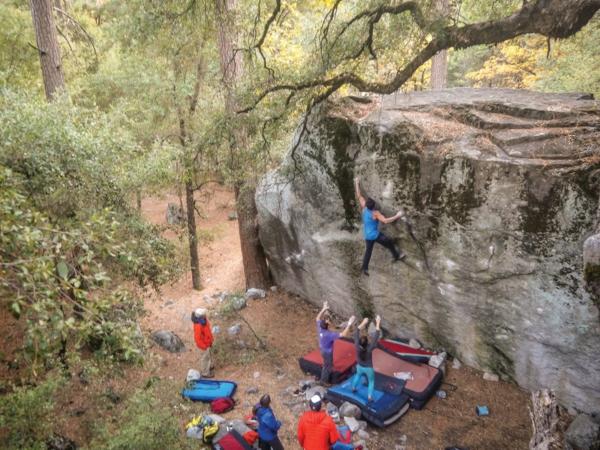 Bouldern Klettern im Freien ohne Seil