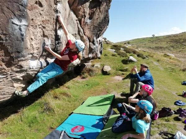Bouldern Klettern ungesichert in der Natur Schwierigkeitsgrad