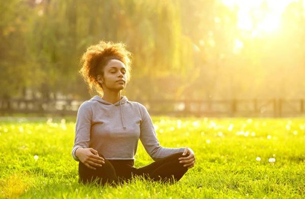 Chakra Meditation praktizieren im Freien Tipps
