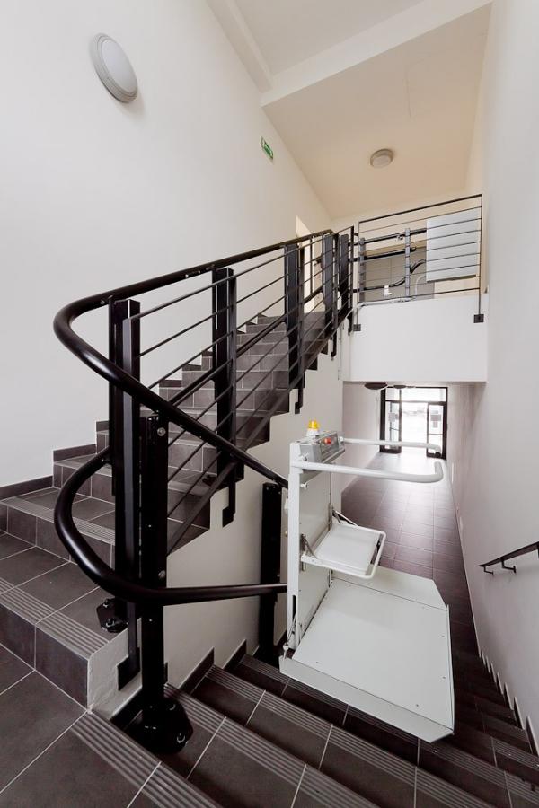 Der Treppenlift – wichtige Vor- und Nachteile, die Sie vor dem Kauf kennen sollten stehende personen und rollstuhl