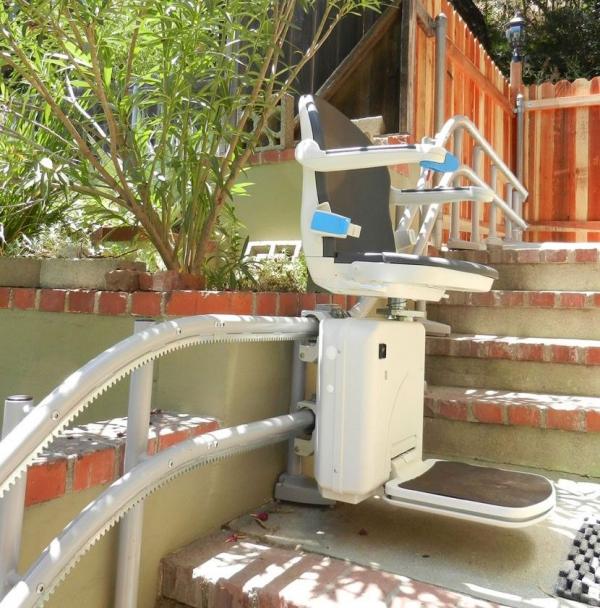 Der Treppenlift – wichtige Vor- und Nachteile, die Sie vor dem Kauf kennen sollten stuhl für außenbereiche praktisch