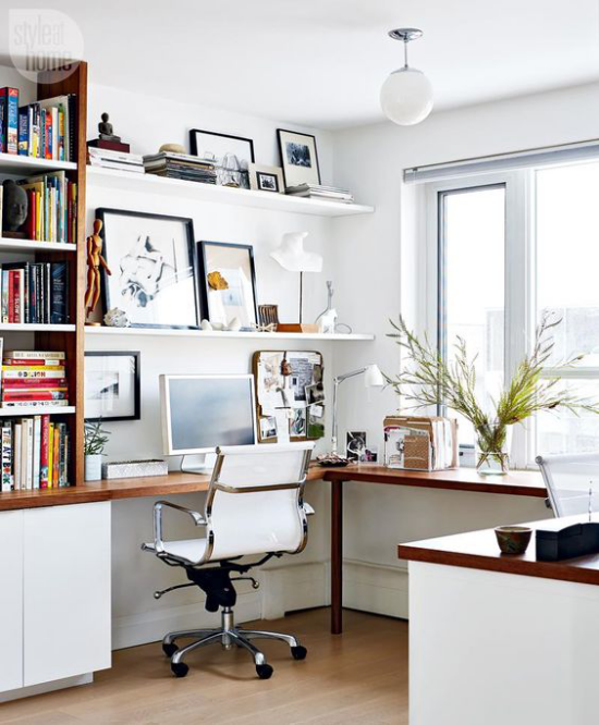 Eckschreibtisch modernes Homeoffice bequemer Bürostuhl positives Raumklima erfolgreiche Arbeit im Heimbüro