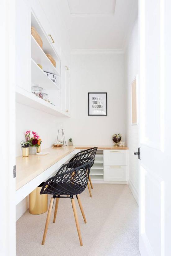 Eckschreibtisch modernes Homeoffice langer Schreibtisch helle ansprechende Atmosphäre beste Ordnung Sauberkeit